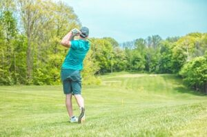 What is the minimum and the maximum number of clubs allowed in a driving range